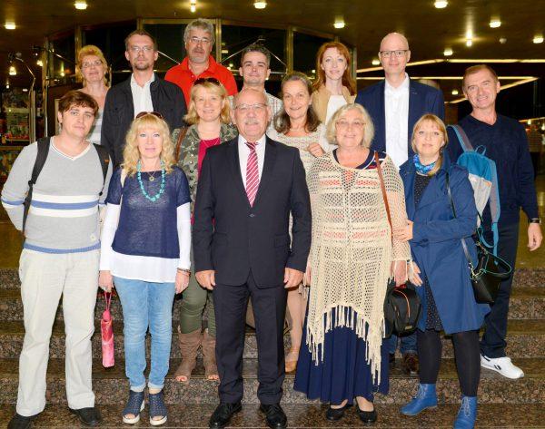 Bürgermeister Rudolf Jelinek begrüßt das Theater VERA aus Nishnij Nowgorod und Gäste der Studio Bühne Essen im Rathaus. Foto: Elke Brochhagen